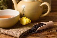干茶在木匙子和茶具生叶 免版税库存照片