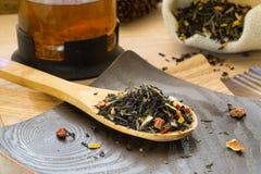 干茶用在木匙子的果子 库存照片