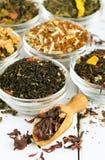 干茶的分类在玻璃碗的 库存图片