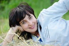 干草位于的嬉戏的妇女 免版税库存图片