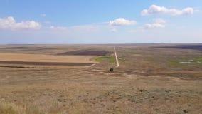 干草原和小山风景在天空蔚蓝背景 股票录像