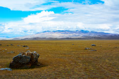 干草原风景每岩石片断在前景的 库存照片