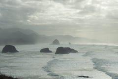 干草堆岩石和山在薄雾 库存照片