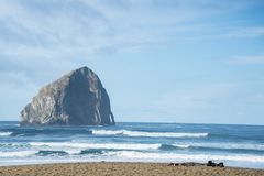 干草堆岩石和海洋海滩中央俄勒冈海岸 库存照片