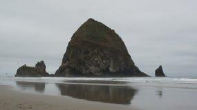 干草堆岩石,在大炮海滩,俄勒冈 免版税库存照片