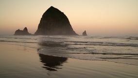 干草堆岩石,大炮海滩黎明4K UHD 影视素材