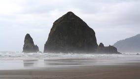 干草堆摇滚的大炮海滩俄勒冈美国 库存照片