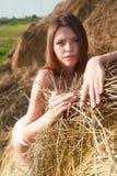 干草堆的性感的女孩 免版税图库摄影