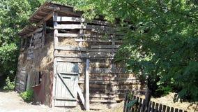 干草存贮的老棚子 有干草堆的老木谷仓 免版税图库摄影