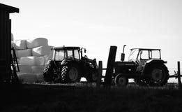 干草捆停放的农用拖拉机 库存照片