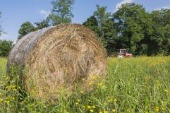 干草捆和拖拉机 免版税库存照片