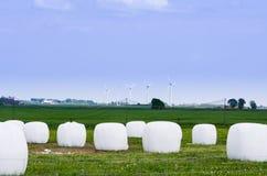 干草捆和windturbines 免版税图库摄影