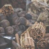 干草本、花和阿拉伯香料在souk在Deira D的 免版税库存照片