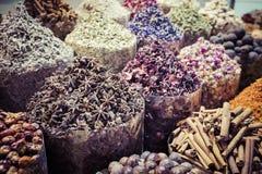 干草本、花和阿拉伯香料在souk在Deira D的 库存图片
