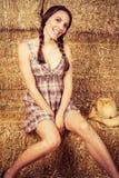 干草的女牛仔 图库摄影