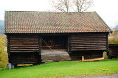 干草的挪威木农厂谷仓 库存图片