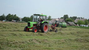 干草转动的拖拉机 免版税库存照片