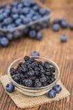 干蓝莓的部分在木背景,有选择性的foc的 库存图片