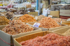 干虾和干海鲜在市场上 免版税库存图片