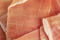 干西班牙火腿、jamon serrano、bellot、意大利火腿熏火腿crudo或者帕尔马,切好的层数 免版税库存照片