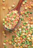 干豌豆的混合在老木匙子的 免版税库存图片
