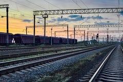 干货的铁路车在美好的日落期间和五颜六色的天空、铁路基础设施、运输和工业概念 库存图片