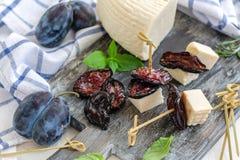 干辣李子和传统手工的软干酪 库存照片