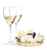 干酪、葡萄和二块白葡萄酒玻璃 免版税库存照片