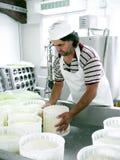 干酪制造-转动新鲜的干酪 免版税库存照片