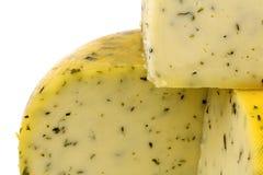 干酪剪切传统荷兰扁圆形干酪的草本 免版税库存图片
