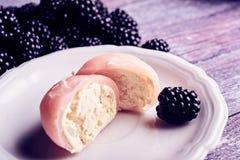 干酪巧克力在maki里面的奶油色点心果子在薄煎饼模式卷之外供食了多种寿司 免版税库存图片