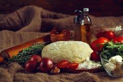 干酪成份paprica薄饼蒜味咸腊肠蕃茄 免版税库存照片