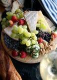 干酪新鲜水果盛肉盘 免版税图库摄影