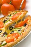 干酪新鲜的自创蘑菇橄榄色薄饼蕃茄 免版税图库摄影