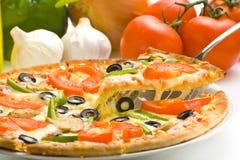 干酪新鲜的自创蘑菇橄榄色薄饼蕃茄 库存图片