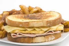 干酪火腿鲜美煎蛋卷的三明治 免版税库存照片