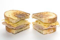 干酪火腿鲜美煎蛋卷的三明治 免版税图库摄影