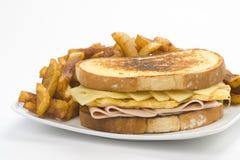 干酪火腿鲜美煎蛋卷的三明治 免版税库存图片