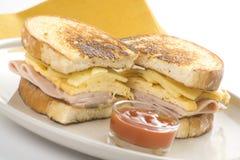 干酪火腿鲜美煎蛋卷的三明治 库存照片
