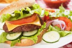 干酪经典汉堡包莴苣蕃茄 免版税库存图片