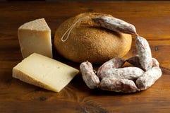 干酪蒜味咸腊肠和面包   库存图片