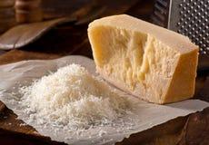 干酪被磨碎的巴马干酪 库存图片