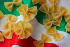 干面团,在纺织品背景的通心面在三色的意大利人的颜色 alla茄子背景烹调新鲜的意大利norma荷兰芹意大利面食意粉蕃茄传统白色 特写镜头 图库摄影