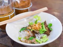 干面条用炖牛肉在地方商店在曼谷,泰国 免版税库存图片