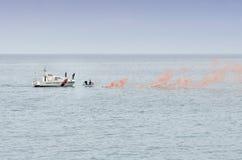 干预对小船的抢救的海岸卫队 免版税库存图片