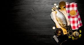 干鱼和新鲜的啤酒在黑板 文本的空位 库存照片