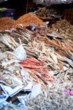 干鱼在一个亚洲市场上 库存照片