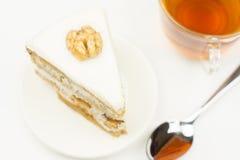 干鱼,大蒜油煎方型小面包片,一个玻璃杯子啤酒,顶视图 免版税图库摄影