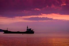干货船在日落 免版税库存照片