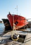 干货船靠了码头在圣的Petersb奎伊施密特陆军中尉 免版税库存图片